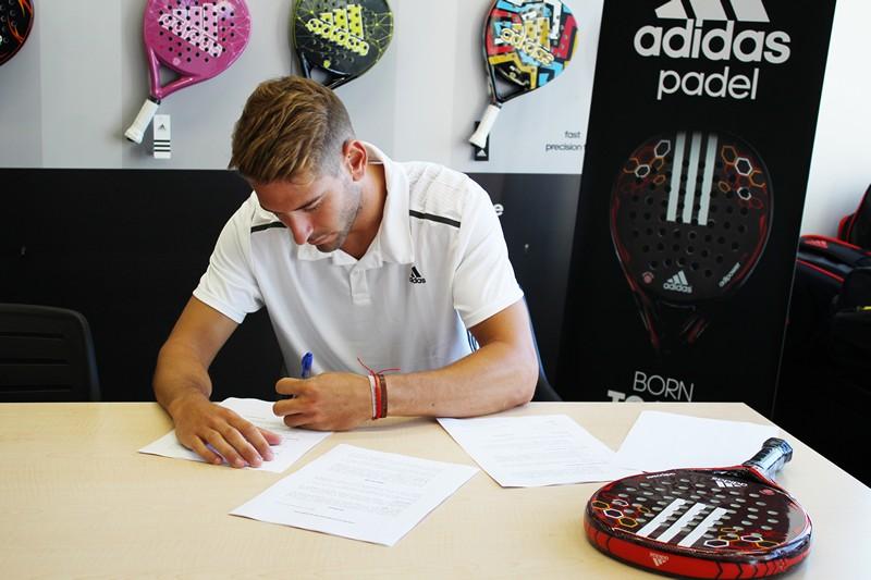 El juagdor de padel Alex Ruiz firmando en las oficinas de Adidas Padel