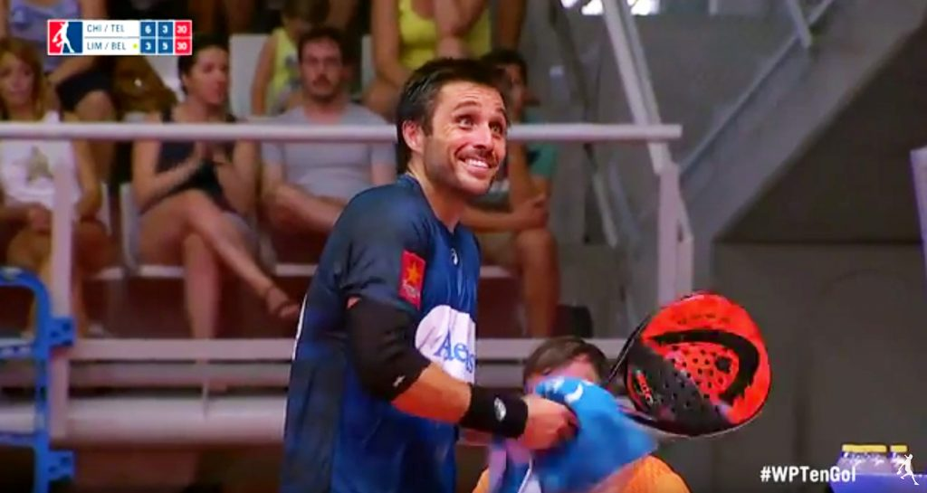 Fernando Belasteguin sonríe mientras el público le silba por salir a secarse el sudor