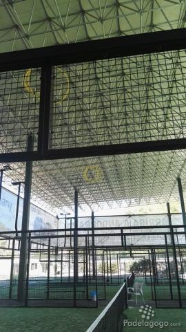 Vista del interior de las pistas de padel en Principadel